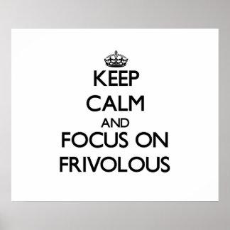 Guarde la calma y el foco en frívolo posters