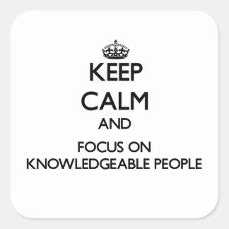 Guarde la calma y el foco en gente bien informada colcomanias cuadradases