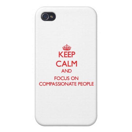 Guarde la calma y el foco en gente compasiva iPhone 4 protectores