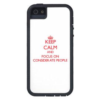 Guarde la calma y el foco en gente considerada iPhone 5 coberturas