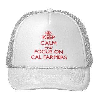 Guarde la calma y el foco en granjeros de la gorro