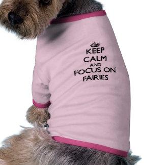 Guarde la calma y el foco en hadas camisetas de perro