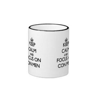 Guarde la calma y el foco en hombres de estafa tazas de café