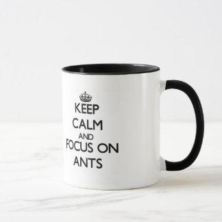 Guarde la calma y el foco en hormigas taza