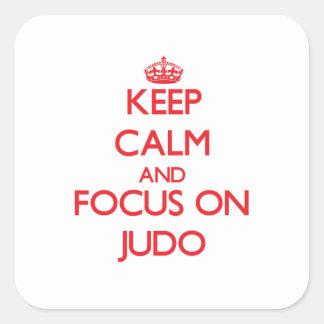 Guarde la calma y el foco en judo calcomanías cuadradass