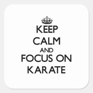 Guarde la calma y el foco en karate pegatinas cuadradases