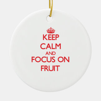 Guarde la calma y el foco en la fruta ornamento para reyes magos