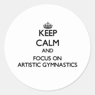 Guarde la calma y el foco en la gimnasia artística etiqueta redonda