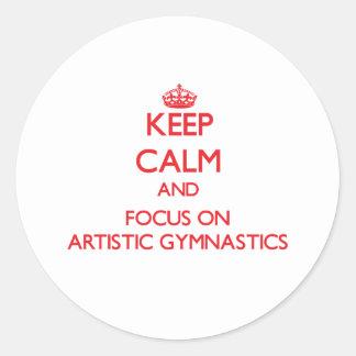 Guarde la calma y el foco en la gimnasia artística etiquetas redondas
