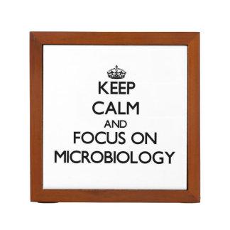 Guarde la calma y el foco en la microbiología organizador de escritorio