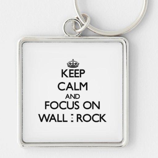 Guarde la calma y el foco en la pared - roca llaveros