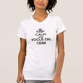 Guarde la calma y el foco en la sidra camisetas