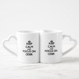 Guarde la calma y el foco en la sidra taza para enamorados