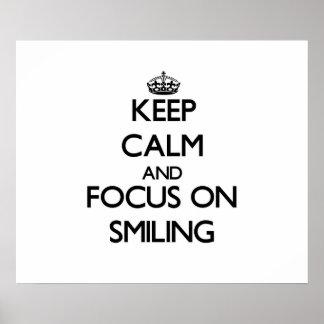 Guarde la calma y el foco en la sonrisa posters