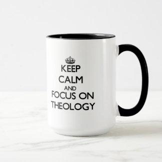 Guarde la calma y el foco en la teología taza