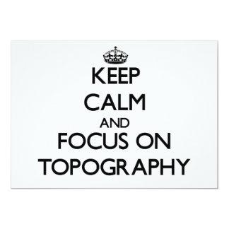 Guarde la calma y el foco en la topografía invitación 12,7 x 17,8 cm