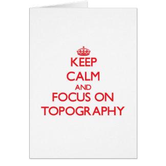 Guarde la calma y el foco en la topografía tarjeta de felicitación