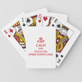 Guarde la calma y el foco en la torta al revés baraja de póquer