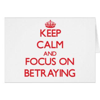Guarde la calma y el foco en la traición tarjetas