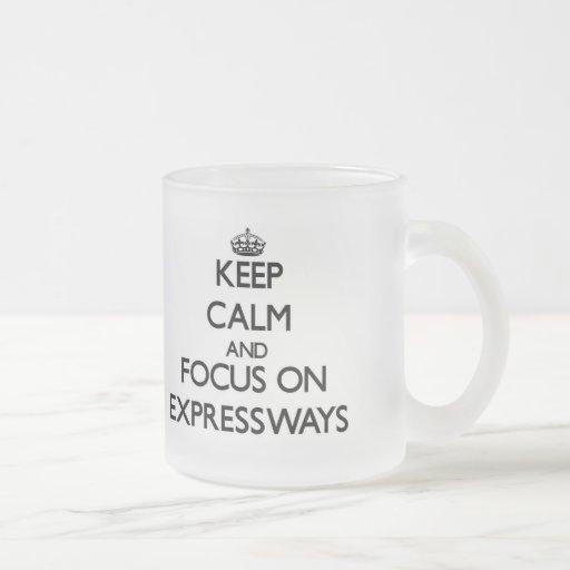 Guarde la calma y el foco en las AUTOPISTAS Tazas De Café