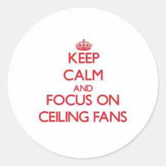 Guarde la calma y el foco en las fans de techo etiquetas redondas