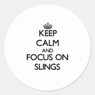 Guarde la calma y el foco en las hondas etiqueta redonda