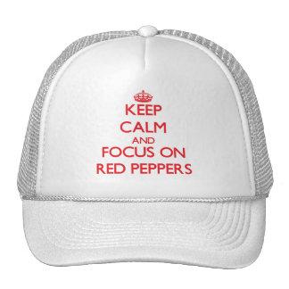 Guarde la calma y el foco en las pimientas rojas gorros bordados