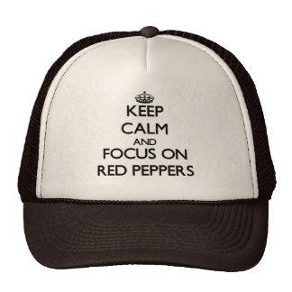 Guarde la calma y el foco en las pimientas rojas gorras