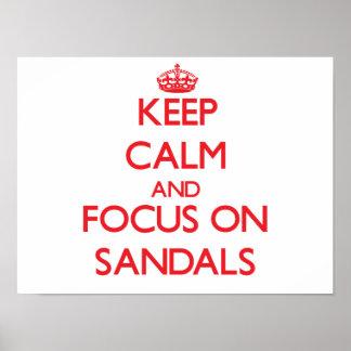 Guarde la calma y el foco en las sandalias impresiones
