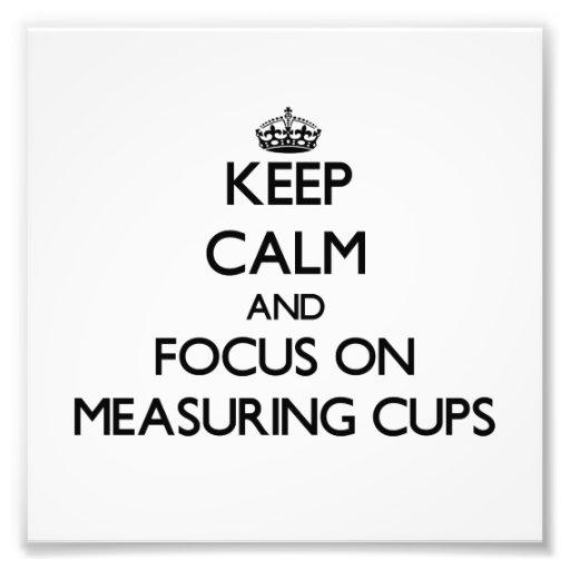 Guarde la calma y el foco en las tazas de medición foto