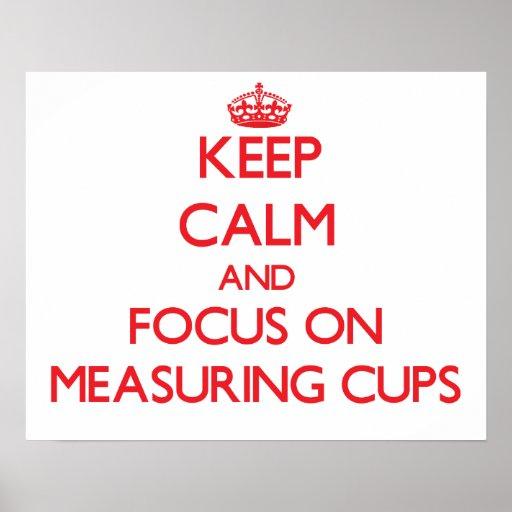 Guarde la calma y el foco en las tazas de medición posters