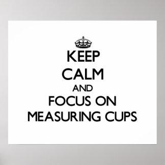 Guarde la calma y el foco en las tazas de medición poster