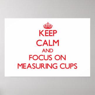 Guarde la calma y el foco en las tazas de medición impresiones