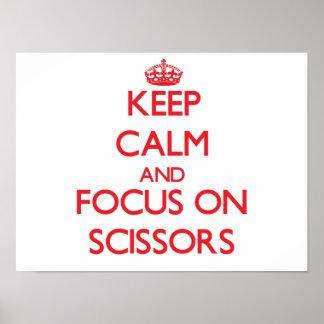 Guarde la calma y el foco en las tijeras impresiones