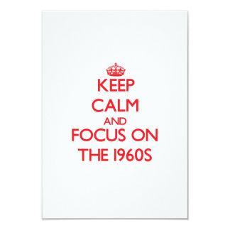 Guarde la calma y el foco en los años 60 invitación 8,9 x 12,7 cm