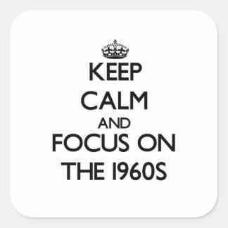 Guarde la calma y el foco en los años 60 pegatina cuadrada