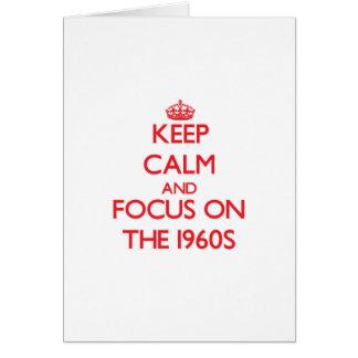 Guarde la calma y el foco en los años 60 tarjeta de felicitación