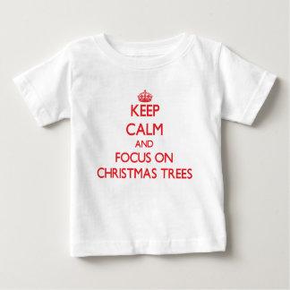 Guarde la calma y el foco en los árboles de camisetas