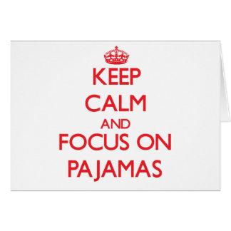 Guarde la calma y el foco en los pijamas felicitación