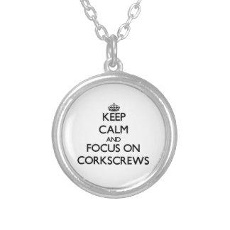Guarde la calma y el foco en los sacacorchos colgantes personalizados