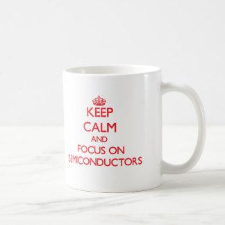 Guarde la calma y el foco en los semiconductores taza de café
