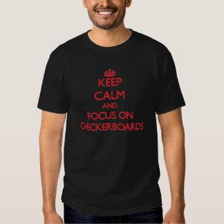 Guarde la calma y el foco en los tableros de damas camisetas