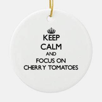 Guarde la calma y el foco en los tomates de cereza ornamento para arbol de navidad