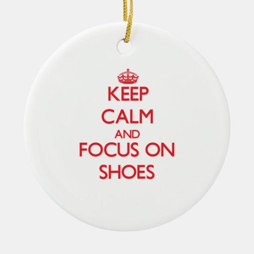 Guarde la calma y el foco en los zapatos adornos