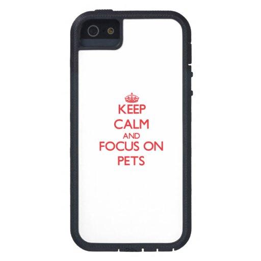 Guarde la calma y el foco en mascotas iPhone 5 Case-Mate carcasas