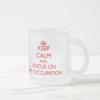 Guarde la calma y el foco en mi empleo taza de café