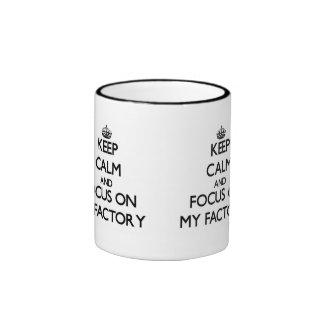 Guarde la calma y el foco en mi fábrica taza