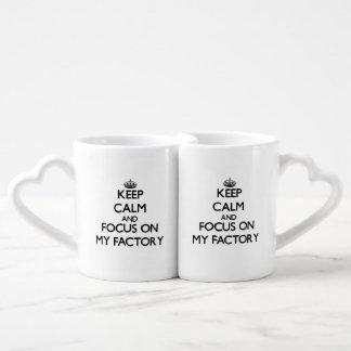 Guarde la calma y el foco en mi fábrica taza para parejas