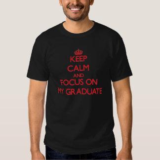 Guarde la calma y el foco en mi graduado camiseta