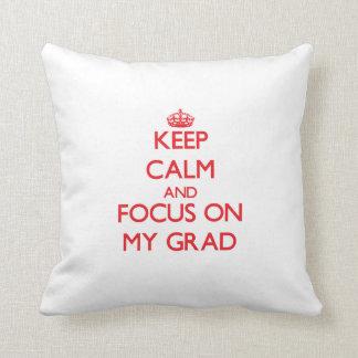 Guarde la calma y el foco en mi graduado almohada